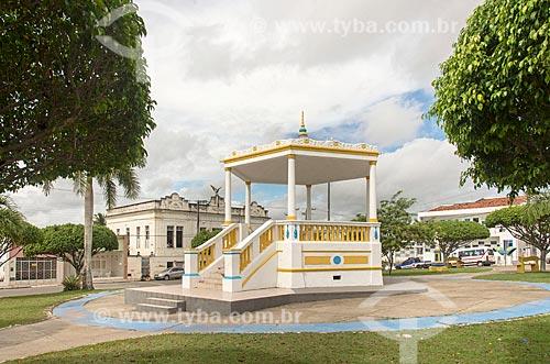 Coreto na Praça Fausto Cardoso - também conhecida como Praça do Coreto - com o Colégio Estadual João Fernandes de Britto ao fundo  - Propriá - Sergipe (SE) - Brasil
