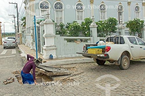 Funcionário fazendo a manutenção da rede de distribuição de água  - Propriá - Sergipe (SE) - Brasil