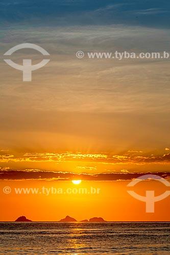 Vista do pôr do sol a partir da Praia de Ipanema com o Monumento Natural das Ilhas Cagarras ao fundo  - Rio de Janeiro - Rio de Janeiro (RJ) - Brasil