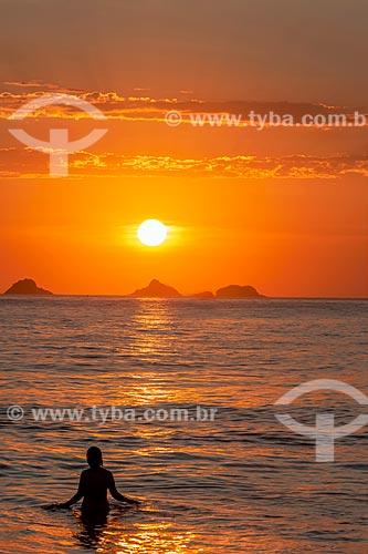 Banhistas na Praia de Ipanema durante o pôr do sol com o Monumento Natural das Ilhas Cagarras ao fundo  - Rio de Janeiro - Rio de Janeiro (RJ) - Brasil