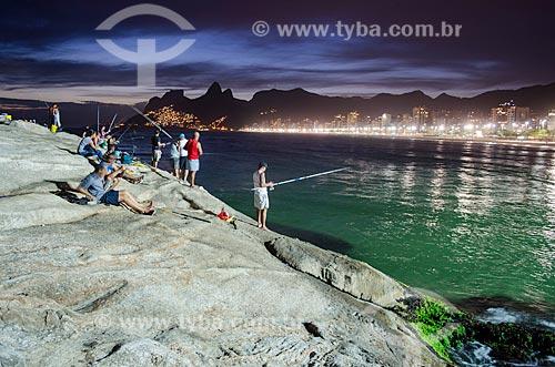 Pescadores na Pedra do Arpoador durante o anoitecer  - Rio de Janeiro - Rio de Janeiro (RJ) - Brasil