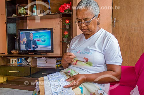 Rendeira produzindo Renda irlandesa  - Divina Pastora - Sergipe (SE) - Brasil