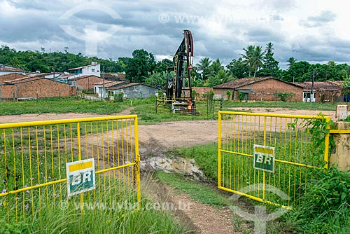Bomba de vareta de sucção - também conhecida como Cavalo de pau - extraindo petróleo no perímetro urbano da cidade de Riachuelo  - Riachuelo - Sergipe (SE) - Brasil