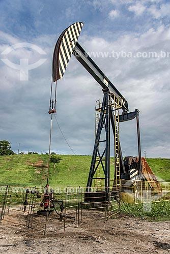 Bomba de vareta de sucção - também conhecida como Cavalo de pau - extraindo petróleo  - Carmópolis - Sergipe (SE) - Brasil