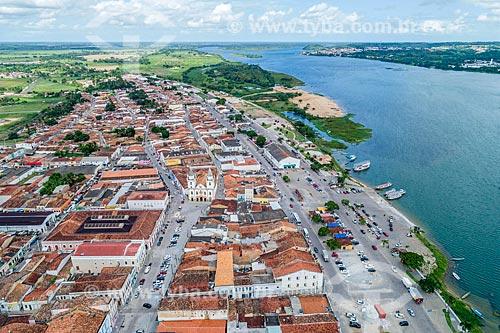 Foto feita com drone do centro histórico da cidade de Penedo com a Igreja de São Gonçalo Garcia dos Homens Pardos (1759) ao fundo e o Rio São Francisco à direita  - Penedo - Alagoas (AL) - Brasil