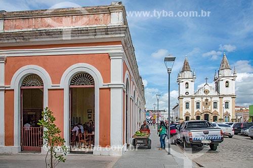 Fachada do Mercado Municipal de Penedo com a Igreja de São Gonçalo Garcia dos Homens Pardos (1759) ao fundo  - Penedo - Alagoas (AL) - Brasil