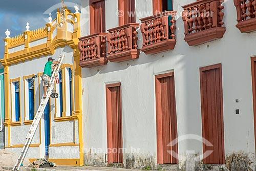 Casario sendo pintado no centro histórico da cidade de São Cristóvão com casario que hoje abriga o Instituto do Patrimônio Histórico e Artístico Nacional (IPHAN) à direita  - São Cristóvão - Sergipe (SE) - Brasil