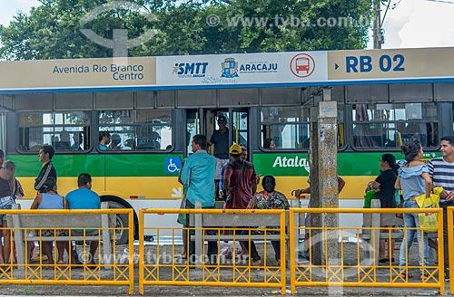 Passageiros em ponto de ônibus na Avenida Ivo do Prado  - Aracaju - Sergipe (SE) - Brasil