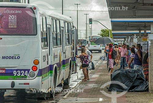 Passageiros embarcando em ônibus na Avenida Ivo do Prado  - Aracaju - Sergipe (SE) - Brasil