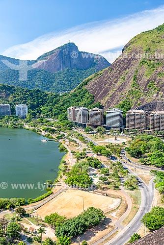 Vista durante a trilha do Morro do Cantagalo com o Cristo Redentor ao fundo  - Rio de Janeiro - Rio de Janeiro (RJ) - Brasil
