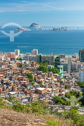 Vista da favela do Cantagalo durante a trilha do Morro do Cantagalo com o Monumento Natural das Ilhas Cagarras ao fundo  - Rio de Janeiro - Rio de Janeiro (RJ) - Brasil