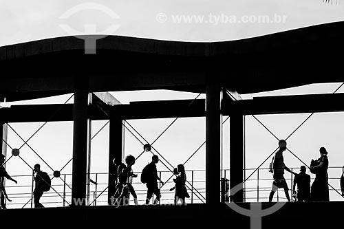 Silhueta de pedestres na passarela de acesso à estação Nova América / Del Castilho do Metrô Rio no Shopping Nova América  - Rio de Janeiro - Rio de Janeiro (RJ) - Brasil