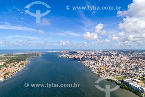 Foto feita com drone de trecho do Rio Sergipe com a cidade de Barra dos Coqueiros - à esquerda - e a cidade de Aracaju - à direita  - Aracaju - Sergipe (SE) - Brasil