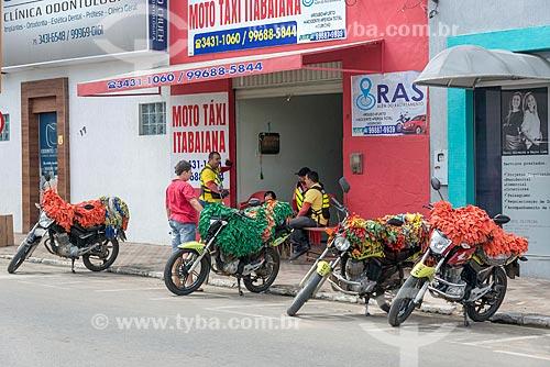 Motos em ponto de mototáxi com proteção contra o sol no assento  - Itabaiana - Sergipe (SE) - Brasil