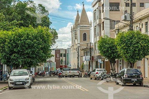 Vista da Avenida Ivo de Carvalho com a Praça Fausto Cardoso - à esquerda - e a Igreja Matriz de Santo Antônio e Almas de Itabaiana (1675) ao fundo  - Itabaiana - Sergipe (SE) - Brasil