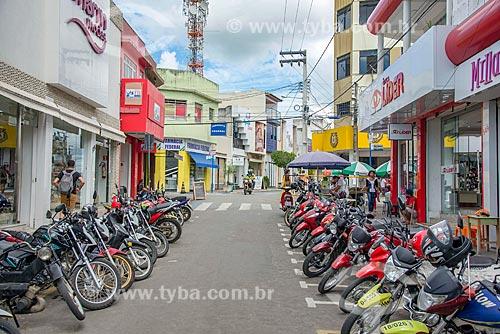 Estacionamento de motocicletas em rua comercial no centro da cidade de Itabaiana  - Itabaiana - Sergipe (SE) - Brasil