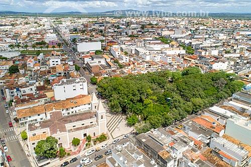 Foto feita com drone da Igreja Matriz de Santo Antônio e Almas de Itabaiana (1675) com a Praça Fausto Cardoso  - Itabaiana - Sergipe (SE) - Brasil