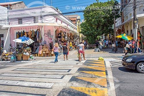 Pedestres atravessando na lombofaixa com loja de utilidades domésticas ao fundo no centro da cidade de Fortaleza  - Fortaleza - Ceará (CE) - Brasil