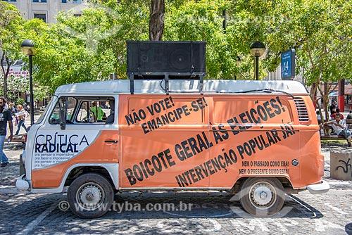 Kombi com sistema de alto falantes na Praça do Ferreira convocando a população para ato de boicote às eleições  - Fortaleza - Ceará (CE) - Brasil