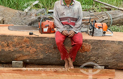 Serralheiro com motosserra na região amazônica  - Novo Airão - Amazonas (AM) - Brasil