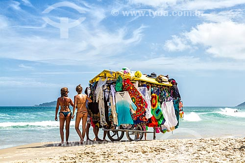 Vendedor ambulante de roupas de banho e cangas na orla da Praia dos Açores  - Florianópolis - Santa Catarina (SC) - Brasil