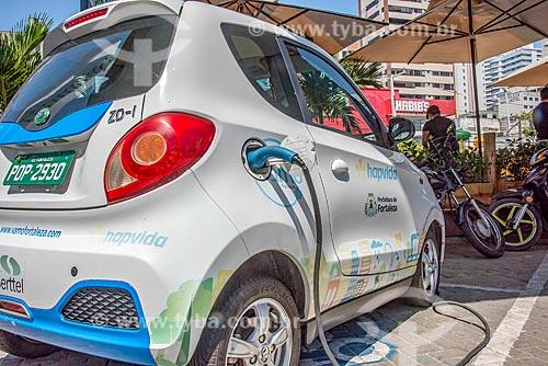 Detalhe de carro recarregando em ponto de abastecimento para veículos elétricos da Vamo Fortaleza - rede de compartilhamento de carros elétricos  - Fortaleza - Ceará (CE) - Brasil