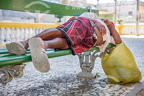 Morador de rua dormindo em banco de praça  - Fortaleza - Ceará (CE) - Brasil