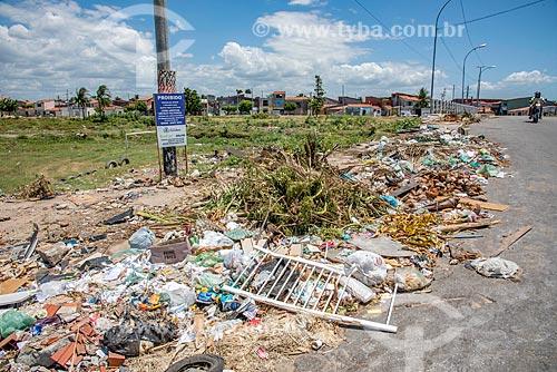 Lixo e entulho descartado ilegalmente mesmo com placa alertando sobre multa  - Fortaleza - Ceará (CE) - Brasil