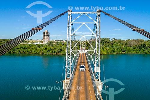 Foto feita com drone da Ponte Pênsil Affonso Penna (1909) sobre o Rio Paranaíba - divisa entre Goiás e Minas Gerais - com a cidade de Araporã ao fundo  - Itumbiara - Goiás (GO) - Brasil