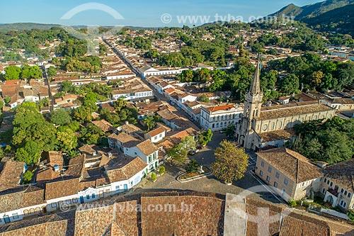 Foto feita com drone da Cidade de Goiás com a Igreja de Nossa Senhora do Rosário dos Pretos (1930) à direita  - Goiás - Goiás (GO) - Brasil