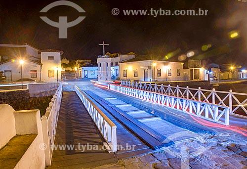 Ponte sobre o Rio Vermelho com a Cruz do Anhanguera - marco inicial da entrada dos Bandeirantes em território goiano - ao fundo  - Goiás - Goiás (GO) - Brasil