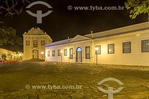 Fachada do Palácio Conde dos Arcos - à direita - com a Igreja de Nossa Senhora da Boa Morte (1779) - também abriga o Museu de Arte Sacra da Boa Morte - ao fundo à noite  - Goiás - Goiás (GO) - Brasil