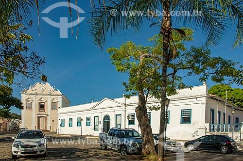 Fachada do Palácio Conde dos Arcos - à direita - com a Igreja de Nossa Senhora da Boa Morte (1779) - também abriga o Museu de Arte Sacra da Boa Morte - ao fundo  - Goiás - Goiás (GO) - Brasil