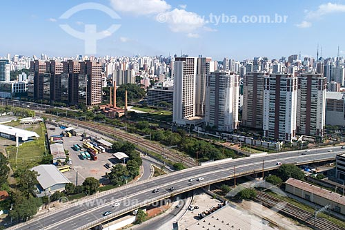 Foto feita com drone do Viaduto Pompéia sobre os trilhos da CPTM com parte da antiga Indústrias Reunidas Francisco Matarazzo - hoje abriga o centro cultural Casa das Caldeiras  - São Paulo - São Paulo (SP) - Brasil
