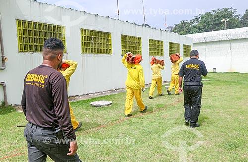 Agente penitenciário vigiando detentos durante o trabalho no Centro de Detenção Provisória de Manaus II (CDPM II)  - Manaus - Amazonas (AM) - Brasil