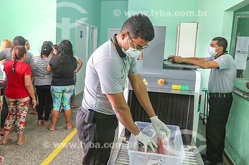 Agente penitenciário revistando pertence de visitantes no Centro de Detenção Provisória de Manaus II (CDPM II)  - Manaus - Amazonas (AM) - Brasil