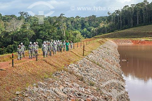 Funcionários da Mineração Taboca em barragem para depósito de rejeito da Mina do Pitinga  - Presidente Figueiredo - Amazonas (AM) - Brasil