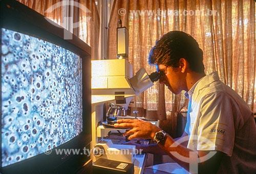 Jovem usando o microscópio no laboratório do SENAI (Serviço Nacional de Aprendizagem Industrial) - década de 90  - Rio de Janeiro - Rio de Janeiro (RJ) - Brasil