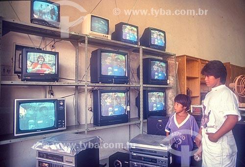 Índios da Tribo Guarani olhando televisores a venda em shopping center - década de 90  - Dourados - Mato Grosso do Sul (MS) - Brasil