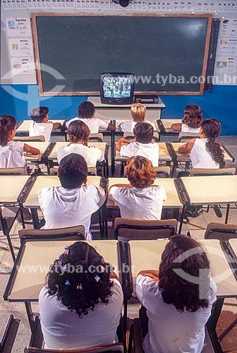 Utilização de televisão em sala de aula de colégio público - década de 90  - Rio de Janeiro - Rio de Janeiro (RJ) - Brasil