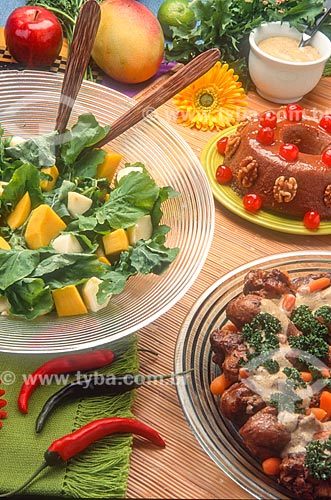 Mesa posta para refeição com salada e sobremesa  - Brasil