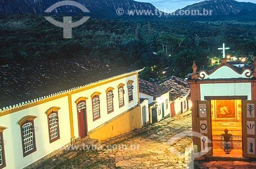 Fiel rezando na Capela dos Passos da Paixão (1740) no Largo da Câmara - década de 2000  - Tiradentes - Minas Gerais (MG) - Brasil
