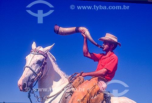 Vaqueiro tocando berrante na região amazônica - década de 90  - Brasil