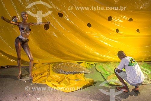 Funcionário trabalhando no barracão do Grêmio Recreativo Escola de Samba Unidos do Viradouro - década de 2000  - Rio de Janeiro - Rio de Janeiro (RJ) - Brasil