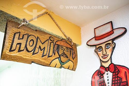 Detalhe de placa de sinalização de banheiro masculino com o dizer: Homi em restaurante no Centro Luiz Gonzaga de Tradições Nordestinas  - Rio de Janeiro - Rio de Janeiro (RJ) - Brasil