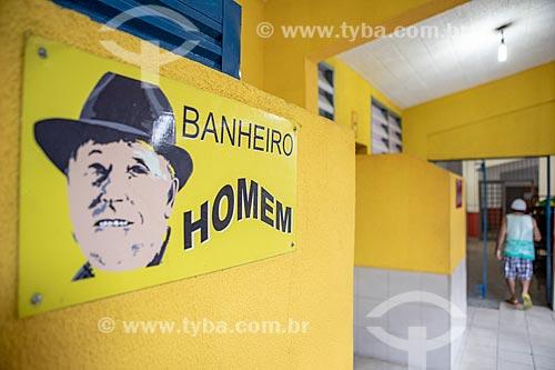 Detalhe de placa de sinalização de banheiro masculino no Centro Luiz Gonzaga de Tradições Nordestinas  - Rio de Janeiro - Rio de Janeiro (RJ) - Brasil