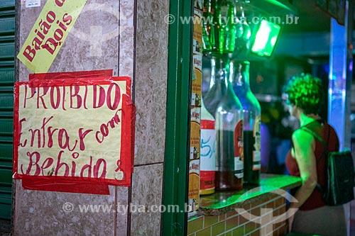 Bar no Centro Luiz Gonzaga de Tradições Nordestinas com aviso com os dizeres: Proibido entrar com bebidas  - Rio de Janeiro - Rio de Janeiro (RJ) - Brasil