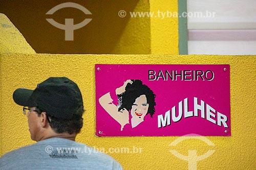 Detalhe de placa de sinalização de banheiro feminino no Centro Luiz Gonzaga de Tradições Nordestinas  - Rio de Janeiro - Rio de Janeiro (RJ) - Brasil