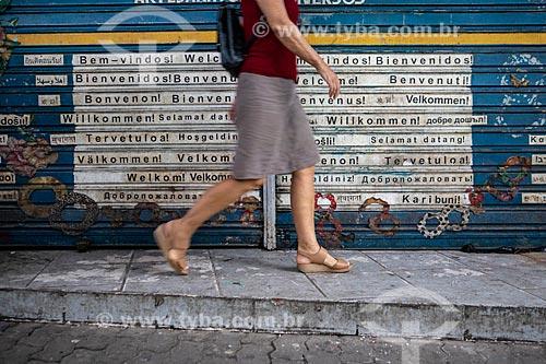 Detalhe de intervenção urbana com os dizeres: Bem-vindo em diversos idiomas no Centro Luiz Gonzaga de Tradições Nordestinas  - Rio de Janeiro - Rio de Janeiro (RJ) - Brasil
