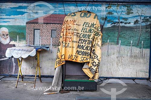Pequeno palco com equipamento coberto por uma faixa no Centro Luiz Gonzaga de Tradições Nordestinas  - Rio de Janeiro - Rio de Janeiro (RJ) - Brasil